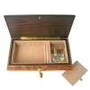 Schmuckschatulle von Böhme Music aus Ulmen-Wurzelhol, Ansicht auf Schmuckfach und Musikwerk bei geöffneter Spieluhr mit Schlüssel
