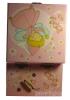 Zartrosa Spieluhr mit Sternenfee, Ansicht Rückseite mit Aufziehmechanismus, Spieldose geöffnet