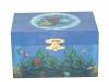 Regenbogenfisch Spieluhr Trousselier, Ansicht von vorn auf geschlossene Spieldosen