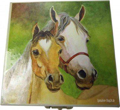 Zahndose weiße Pferde-Stute mit Fohlen